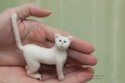 Кукла в картине с белым котиком